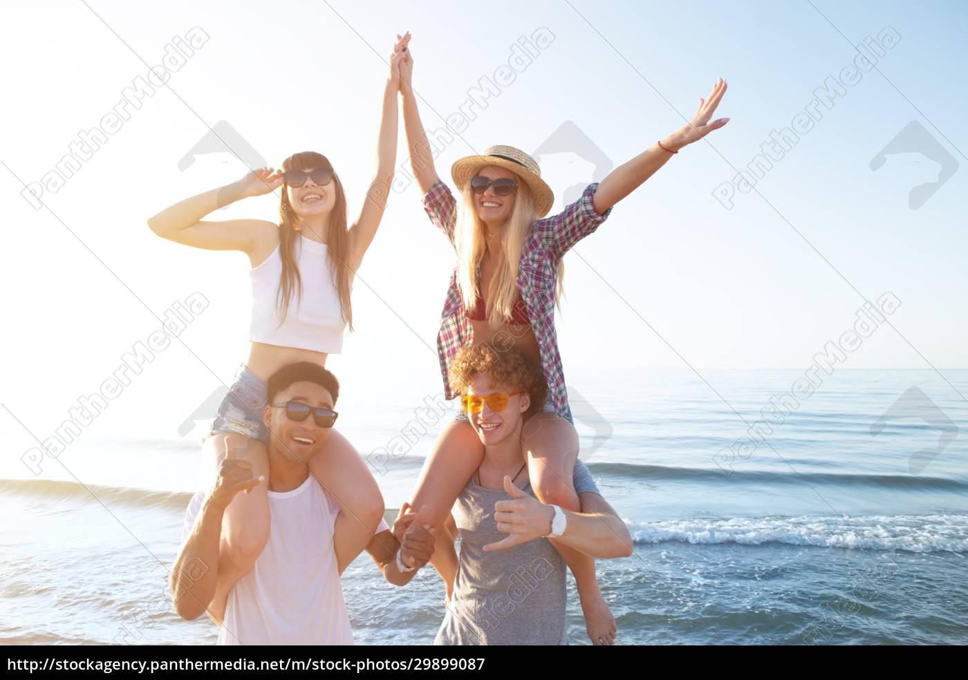 glücklich, lächelnde, paare, spielen, am, strand - 29899087