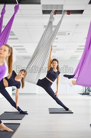 fliegen yoga kurs weibliche gruppentraining haengen