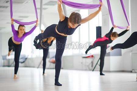 luft yoga studio weibliche gruppentraining haengen