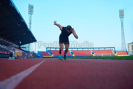 sprinter verlaesst startbloecke auf der laufstrecke