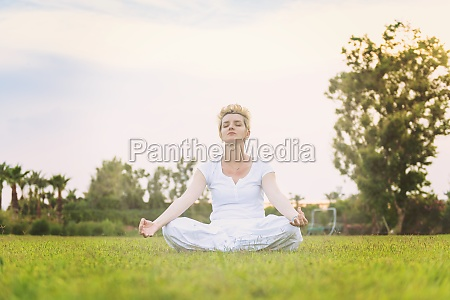 frau die yoga UEbung macht