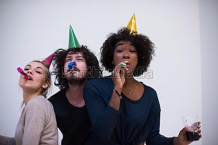 konfetti party glueckliche junge leute gruppe