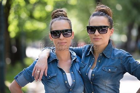 zwillingsschwester mit sonnenbrille