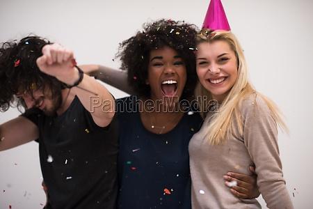 konfetti party multiethnische personengruppe