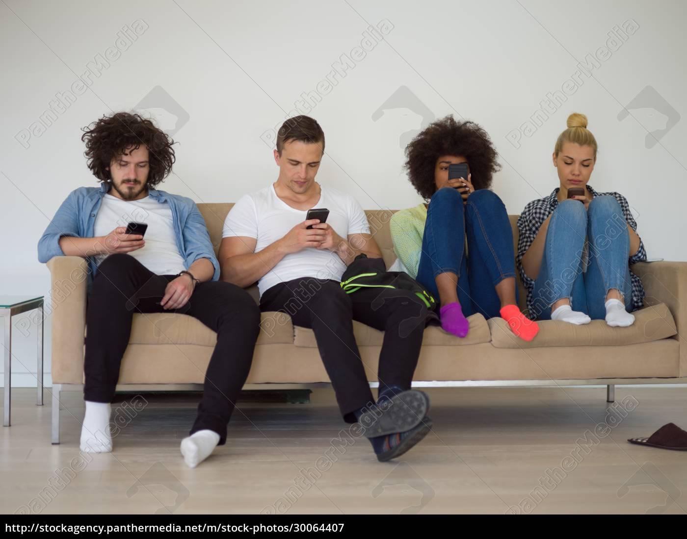 multiethnische, gruppe, junger, menschen, die, aufs, smartphone - 30064407