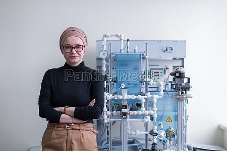 portraet einer muslimischen studentin im elektronischen