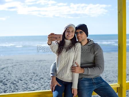 wunderschoenes paar das selfie foto macht