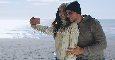 sehr gluecklich es paar verliebt selfie
