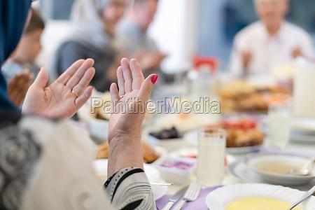 moderne muslimische familie betet vor dem