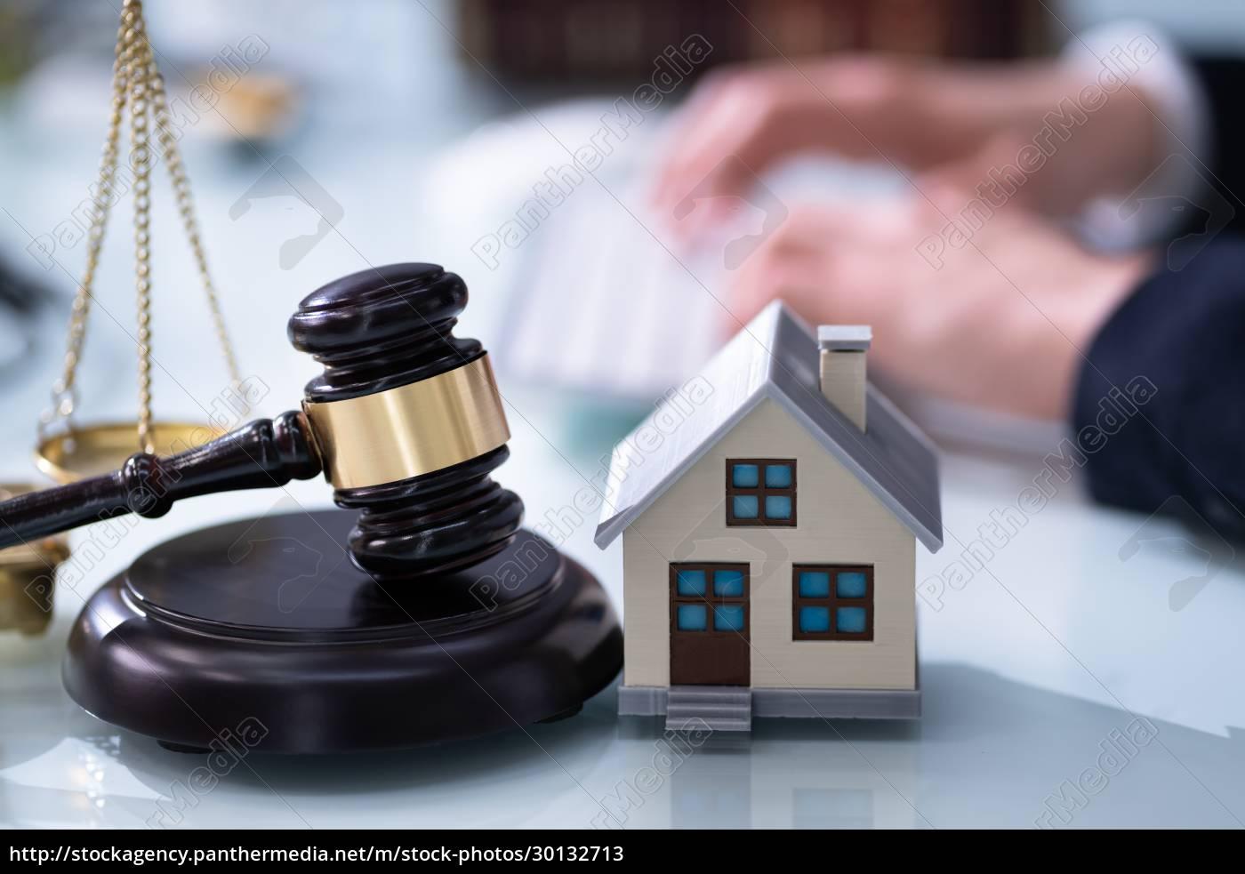 immobilienhaus, zwangsvollstreckung, rechtsanwalt - 30132713