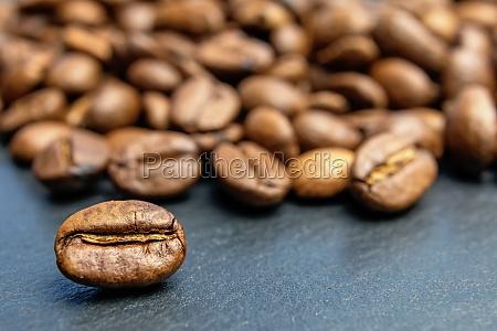 nahaufnahme der kaffeebohne die vor einem