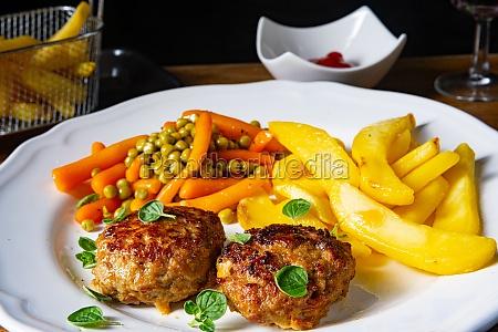 hausgemachte fleischbaellchen mit pommes frites und