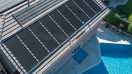 thermische sonnenkollektoren auf dem dach eines