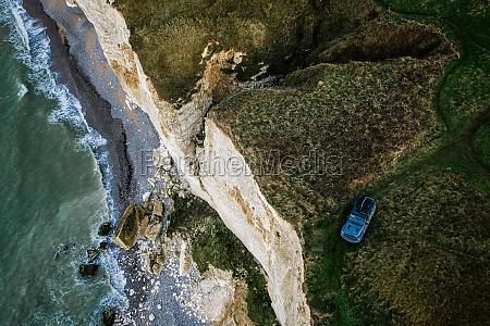 luftaufnahme des autos auf einer klippe