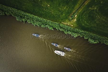 luftaufnahme von solarmodulbooten die durch das