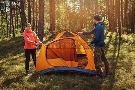junges paar aufstellte gemeinsam ein zelt