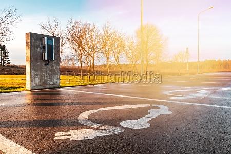 moderne elektroauto ladestation auf dem parkplatz