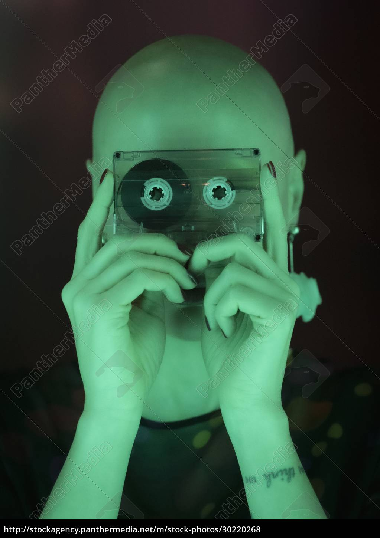 porträtfrau, mit, rasierter, kopf, die, kassettenband, in - 30220268