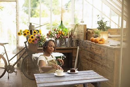 female, florist, enjoying, coffee, break, at - 30222037