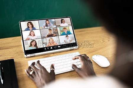 lehrer hostet online unterricht mit videokonferenz