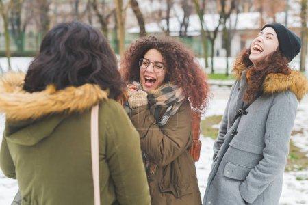 laechelnd lachen glueck froehlich aussenbereich freundschaft