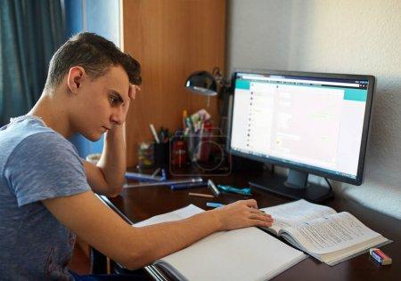 computer papier gluecklich single eine sitzen
