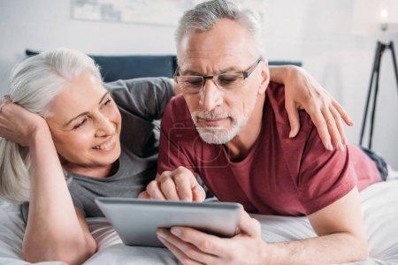 gluecklich menschen familie technologie bett ruhe