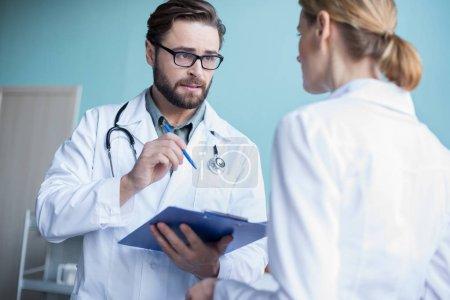 horizontale erwachsene menschen kaukasus medizin gesundheitswesen