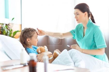 halten maedchen menschen kaukasisch kind medizin