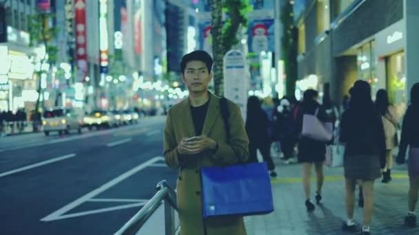 konzern nachtleben blau einkaufen tasche halten