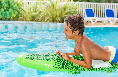 schwimmbad freizeit aktivitaet spielen spass gluecklich