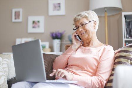 Computer, Schön, Halten, Sitzen, Lächelnd, Erwachsene - B61558379