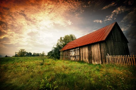bar rot blau himmel gras sonne